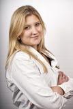 Schöne blonde Frau in der weißen Bluse Lizenzfreie Stockfotografie