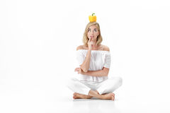 Schöne blonde Frau in der weißen Bluse, die gelben grünen Pfeffer hält Gesunde Diät und Diät Lizenzfreie Stockfotos
