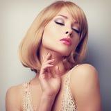 Schöne blonde Frau des kurzen Haares mit den geschlossenen Augen, die Hals berühren Lizenzfreies Stockfoto