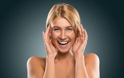 Schöne blonde Frau des Porträts mit blauen Augen lächelnd, Nahaufnahme Lizenzfreie Stockbilder