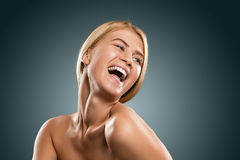 Schöne blonde Frau des Porträts mit blauen Augen lächelnd, Nahaufnahme Lizenzfreies Stockbild