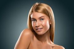 Schöne blonde Frau des Porträts mit blauen Augen lächelnd, Nahaufnahme Stockbild