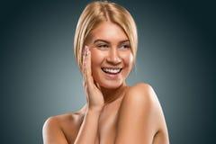 Schöne blonde Frau des Porträts mit blauen Augen lächelnd, Nahaufnahme Lizenzfreies Stockfoto