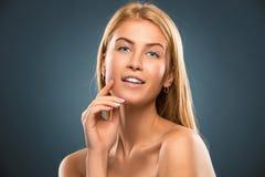 Schöne blonde Frau des Porträts mit dem langen Haar und den blauen Augen Stockfotos