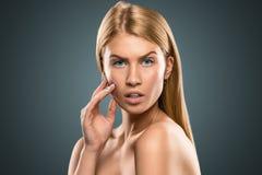 Schöne blonde Frau des Porträts mit dem langen Haar und den blauen Augen Stockbilder