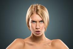 Schöne blonde Frau des Porträts mit dem langen Haar und den blauen Augen Lizenzfreie Stockfotos