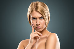 Schöne blonde Frau des Porträts mit dem langen Haar und den blauen Augen Lizenzfreie Stockfotografie