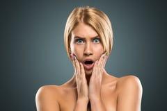 Schöne blonde Frau des Porträts mit dem langen Haar und den blauen Augen Lizenzfreie Stockbilder