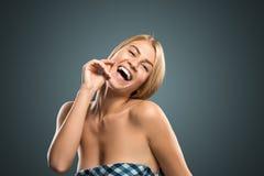 Schöne blonde Frau des Porträts mit dem langen Haar und den blauen Augen Stockfotografie