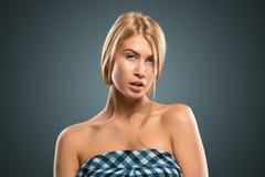 Schöne blonde Frau des Porträts mit dem langen Haar und den blauen Augen Lizenzfreies Stockfoto