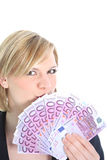 Schöne blonde Frau, die 500 Euroanmerkungen anhält Lizenzfreie Stockbilder