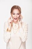 Schöne blonde Frau, die auf dem Telefon und den Spielen mit dem Haar spricht Lizenzfreies Stockbild