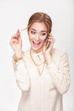 Schöne blonde Frau, die auf dem Telefon und den Spielen mit dem Haar spricht Stockbild