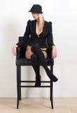 Schöne blonde Frau, die auf Stuhl in der Unterwäsche sitzt Stockbilder