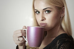 Schöne blonde Frau, die Coffee.Cup des Tees trinkt. Heißes Getränk Lizenzfreie Stockbilder
