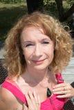 Schöne blonde Frau, die den Sun an einem warmen Sommertag genießt Stockfotos