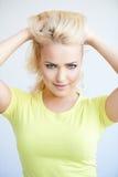 Schöne blonde Frau, die an der Kamera die Stirn runzelt Lizenzfreies Stockfoto