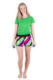 Schöne blonde Frau, die in der Sportkleidung trainiert mit blauen Dummköpfen trägt Stockbild