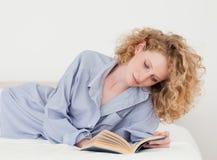 Schöne blonde Frau, die ein Buch liest Stockbilder