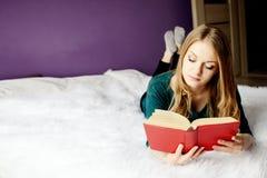 Schöne blonde Frau, die ein Buch liest Stockfoto