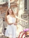 Schöne blonde Frau, die ein hübsches Kleid hat Spaß in der Verdichtereintrittslufttemperat trägt Stockfotos