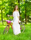 Schöne blonde Frau, die ein hübsches Kleid hat Spaß in Park wi trägt Lizenzfreies Stockfoto