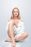 Schöne blonde Frau, die ein sitzt Stockfoto