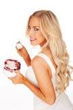 Schöne blonde Frau, die eine Wanne Eiscreme anhält Lizenzfreies Stockfoto