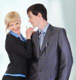 Schöne blonde Frau, die einen Mann in der Klage umarmt. Lizenzfreies Stockfoto