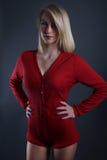 Schöne blonde Frau, die einen roten Bodysuit trägt Lizenzfreies Stockbild