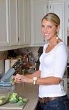 Schöne blonde Frau, die einen Salat bildet Stockfotografie