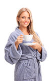Schöne blonde Frau, die einen Tasse Kaffee hält Stockfotos