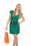 Schöne blonde Frau, die Einkaufstasche anhält Lizenzfreies Stockfoto