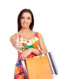 Schöne blonde Frau, die Einkaufstaschen anhält Stockfotografie