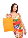 Schöne blonde Frau, die Einkaufstaschen anhält Lizenzfreies Stockbild