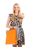 Schöne blonde Frau, die Einkaufstaschen hält Stockfotografie