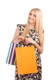 Schöne blonde Frau, die Einkaufstaschen hält Lizenzfreie Stockfotos