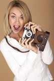 Schöne blonde Frau, die Fotos macht Stockfotos
