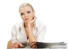 schöne blonde Frau, die glatte Zeitschriften liest Stockbilder