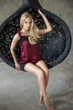 Schöne blonde Frau, die im Studio aufwirft Lizenzfreies Stockfoto