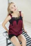 Schöne blonde Frau, die im Studio aufwirft Stockfotografie