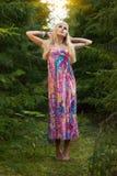 Schöne blonde Frau, die im Wald aufwirft Stockbilder