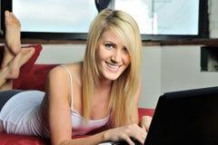 Schöne blonde Frau, die an Laptop arbeitet Lizenzfreie Stockfotografie
