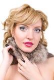 Frau, die mit dem Pelz lokalisiert auf weißem Hintergrund aufwirft Stockfotos