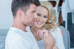 Schöne blonde Frau, die mit ihrem Ehemann sich entspannt Stockbild