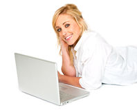 Schöne blonde Frau, die mit Laptop lächelt Stockfotografie