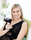 Schöne blonde Frau, die Rotwein trinkt Lizenzfreies Stockbild