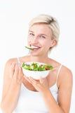 Schöne blonde Frau, die Salat isst Lizenzfreies Stockfoto
