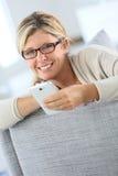 Schöne blonde Frau, die Smartphone verwendet Lizenzfreie Stockfotografie