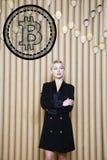 Schöne blonde Frau, die stehende nahe bitcoin Skizze zeigt Virtuelles Geld- oder btczerstampfungskonzept Cryptocurrency Lizenzfreies Stockfoto